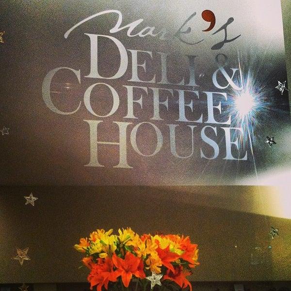 Foto tirada no(a) Mark's Deli & Coffee House por Marcelo Q. em 12/30/2012