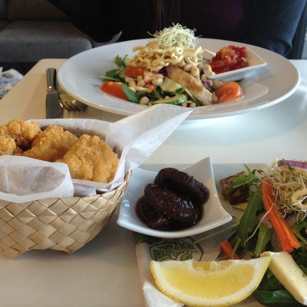 Foto tirada no(a) Tuihana Cafe. Foodstore. por Karan M. em 6/13/2013