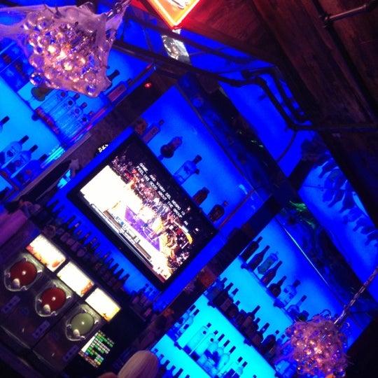Foto tomada en Bourbon Heat por Stephanie C. el 11/3/2012