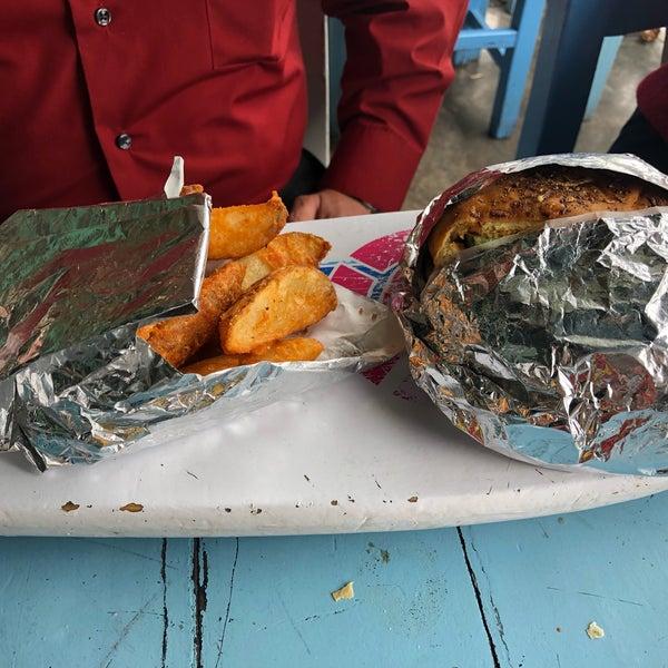 Cuando no se antojan mariscos fríos la hamburguesa de camarón está excelente