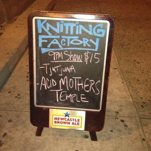 4/18/2013 tarihinde Matt C.ziyaretçi tarafından Knitting Factory'de çekilen fotoğraf