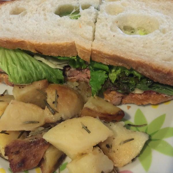 La ensalada de jitomates rostizados es espectacular!!!!!!!! Y el sandwich de roast beef es supremo.