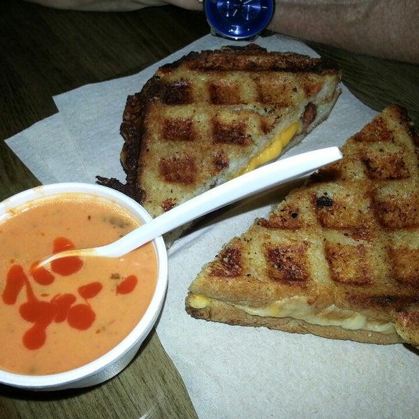 Снимок сделан в New York Grilled Cheese Co. пользователем Marvin G. 4/25/2013
