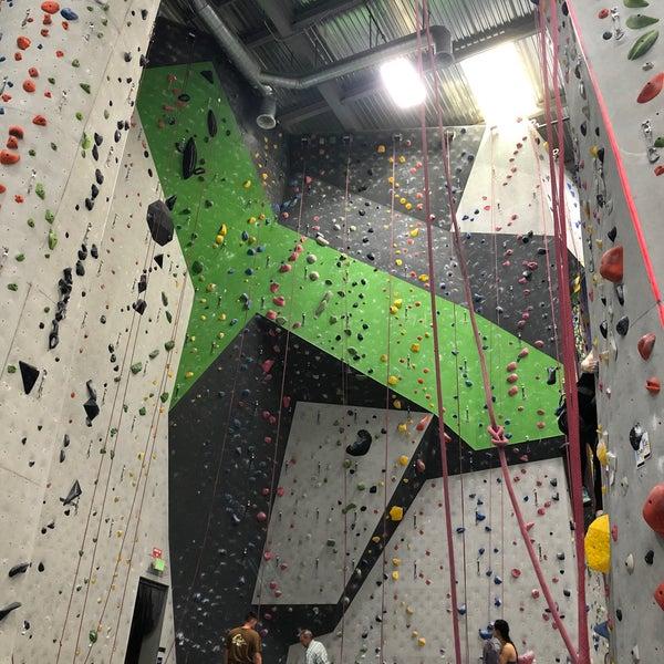 Foto tomada en Sender One Climbing, Yoga and Fitness por Brendan C. el 10/30/2019
