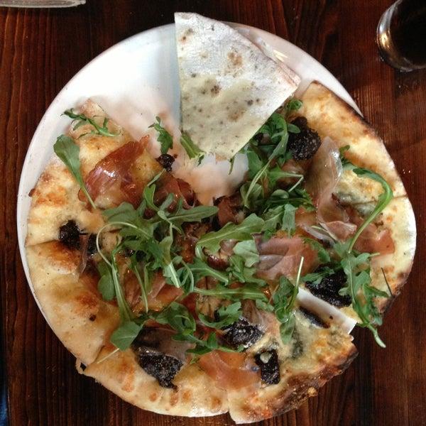 รูปภาพถ่ายที่ Fire Stone Wood Fired Pizza & Grill โดย Chip T. เมื่อ 5/3/2013