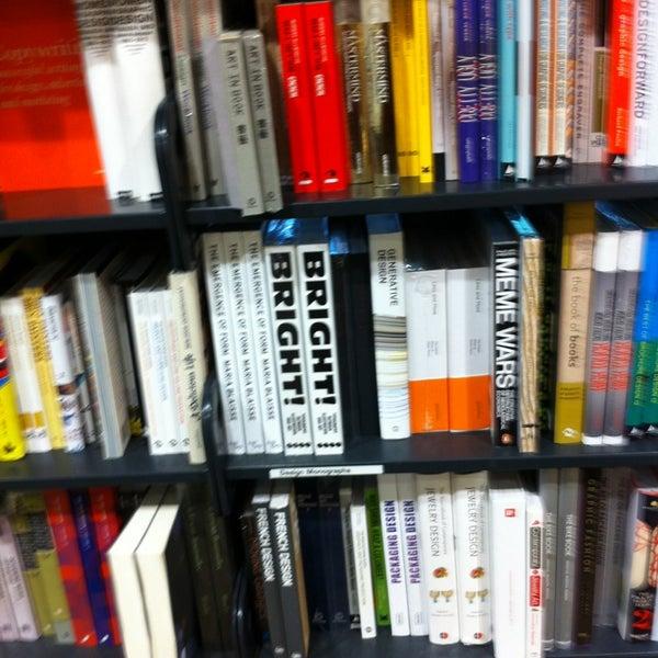Foto tirada no(a) The American Book Center por Alexander O. em 5/29/2013