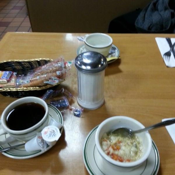 Das Foto wurde bei Squire's Diner von Cindy C. am 12/2/2013 aufgenommen