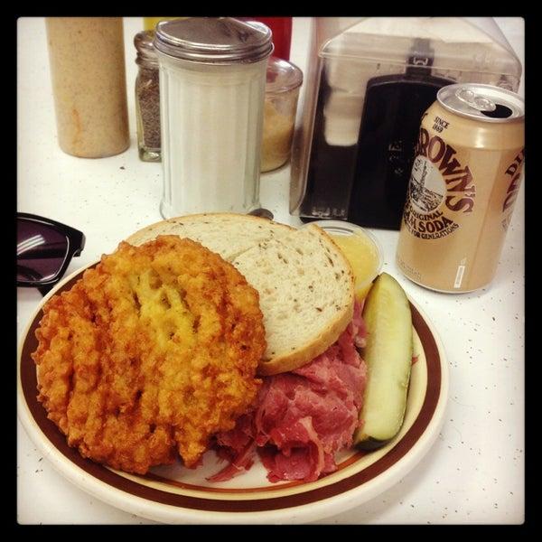 Foto diambil di Manny's Cafeteria & Delicatessen oleh Roger D. pada 3/23/2013
