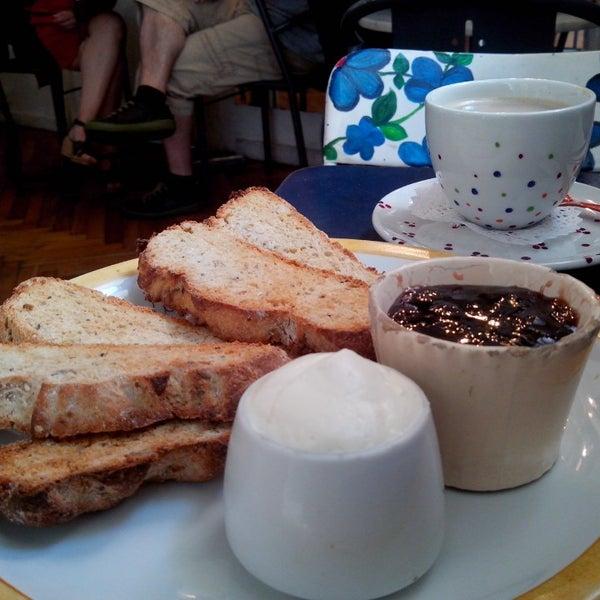 Rinconcito hermoso,pero...porción de tostadas+cafe c/leche $106!ojo,de las mejores que probé pero sigue siendo un abuso.Tendrían que armar menúes fijos así es más accesible.Volveré por la pastelería!