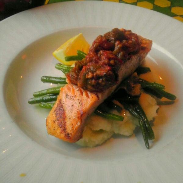 Photo prise au Nomad Restaurant par Lisa M. le6/2/2013