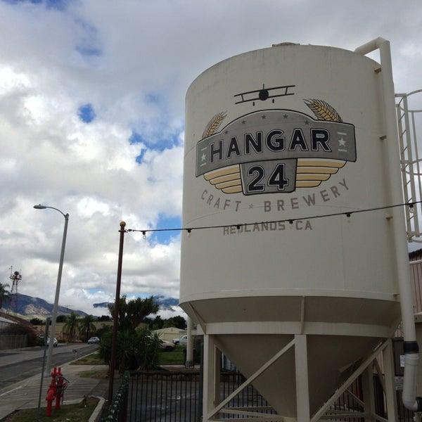 Foto tirada no(a) Hangar 24 Craft Brewery por Dave S. em 12/24/2012