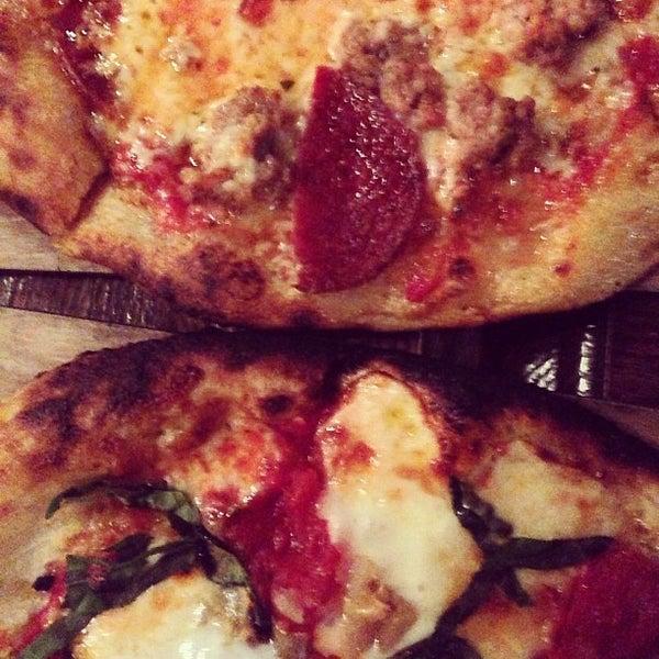 5/21/2013 tarihinde Angelaziyaretçi tarafından The Luggage Room Pizzeria'de çekilen fotoğraf