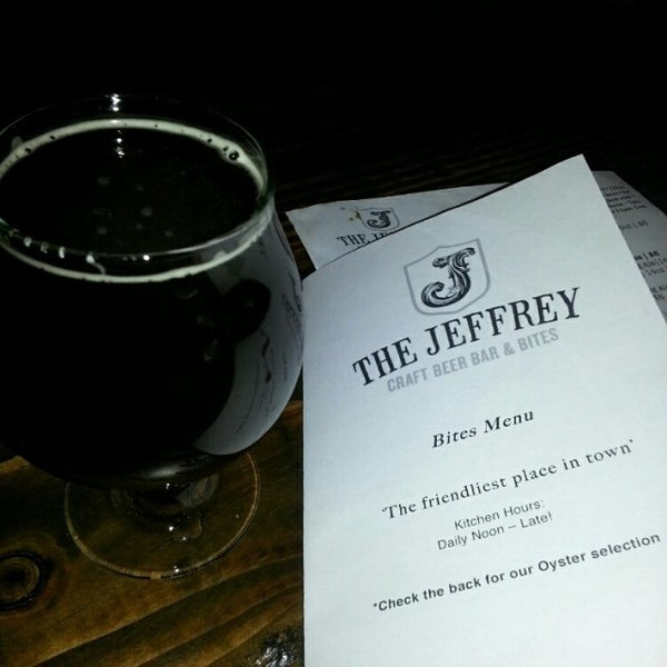 Foto tomada en The Jeffrey Craft Beer & Bites por Ryan K. el 1/28/2014