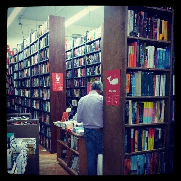 Foto scattata a Strand Bookstore da Paula R. il 10/4/2012