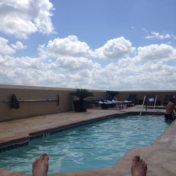 รูปภาพถ่ายที่ Magnolia Hotel โดย Aaron B. เมื่อ 6/17/2014