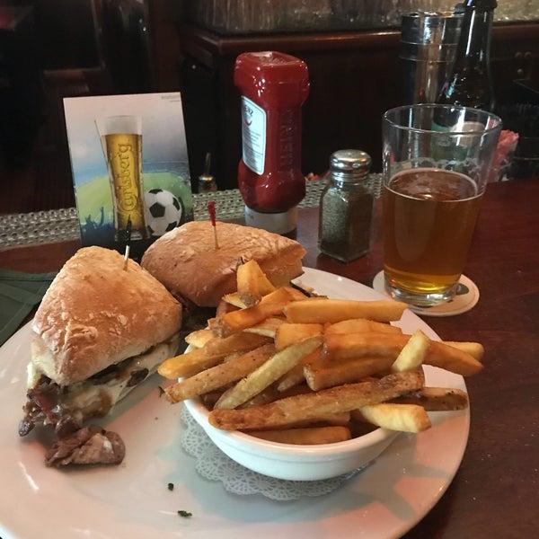 Foto scattata a McMullan's Irish Pub da Joe B. il 1/6/2018