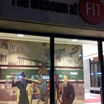 รูปภาพถ่ายที่ Museum at the Fashion Institute of Technology (FIT) โดย Vol T. เมื่อ 12/14/2012