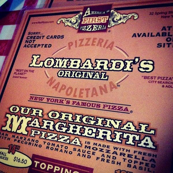 Das Foto wurde bei Lombardi's Coal Oven Pizza von Marcelo P. am 12/5/2012 aufgenommen