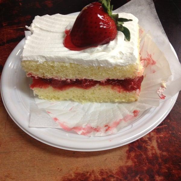5/7/2013にTara J.がLaGuli Pastry Shopで撮った写真