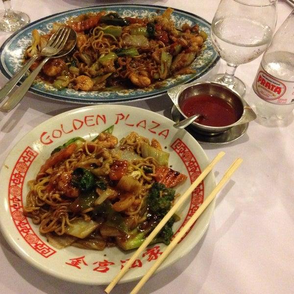 Снимок сделан в Golden Plaza Chinese Restaurant пользователем Pedro L. 12/6/2014