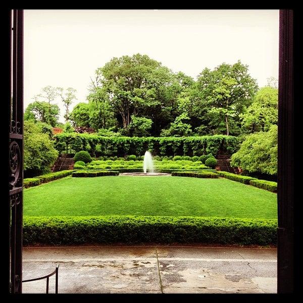Foto scattata a Conservatory Garden da Milo S. il 5/25/2013