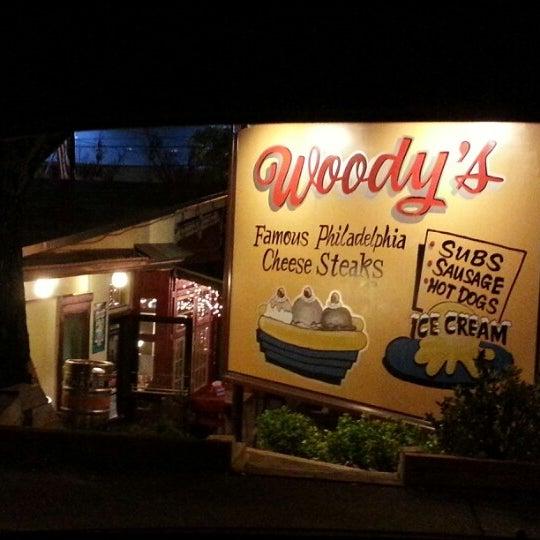 Foto scattata a Woody's Famous CheeseSteaks da Demetrius W. il 11/10/2012