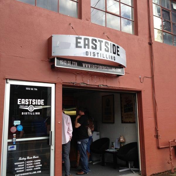 Foto tomada en Eastside Distilling por Joe L. el 5/26/2013