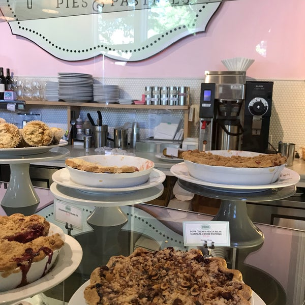 Foto tirada no(a) Petunia's Pies & Pastries por Joseph em 6/29/2018