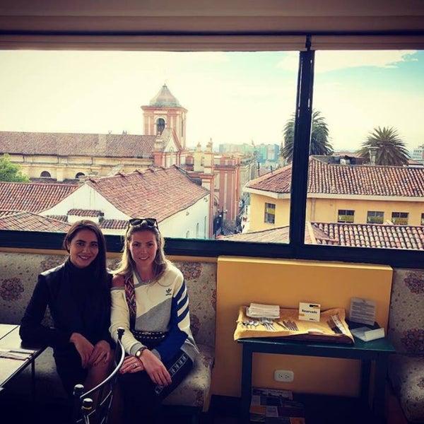 Esta muy bonito el hotel, muy clásico. Almorzamos en el 4 piso, comida colombiana: ajiaco Santafereño estaba rico pero algo frió. Muy linda vista.