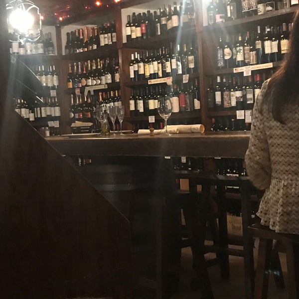 Photo prise au El Carajo Tapas and Wine par Isabella K. le2/16/2019