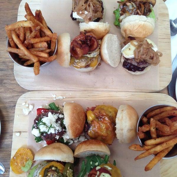 6/8/2013에 Alex S.님이 Smokey's Burger House에서 찍은 사진