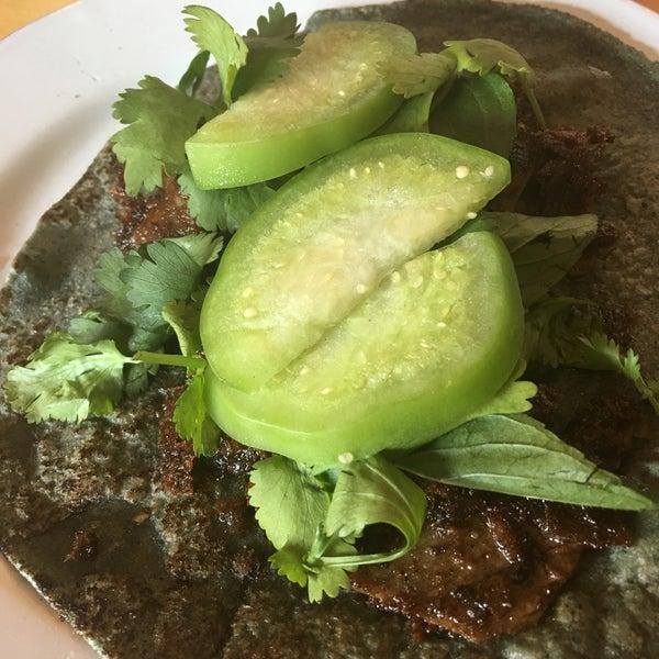 Taco al humoオリジナリティーあるタコス屋。具はほぼ燻製、トルティーヤ緑。かなりのお気に入り😍