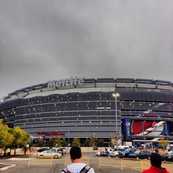 รูปภาพถ่ายที่ MetLife Stadium โดย Andrew S. เมื่อ 10/6/2013