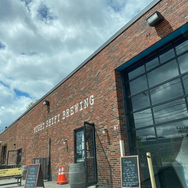 Photo prise au Night Shift Brewing, Inc. par Rachel B. le5/9/2020