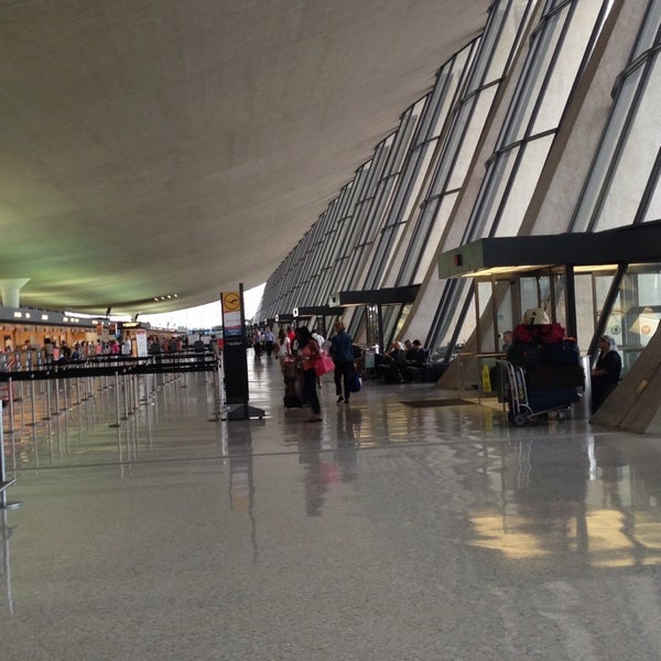 Foto diambil di Washington Dulles International Airport oleh Shane T. pada 7/12/2013