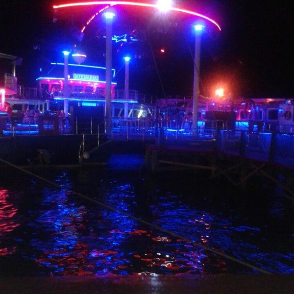 7/12/2013 tarihinde Carlosziyaretçi tarafından Club Catamaran'de çekilen fotoğraf