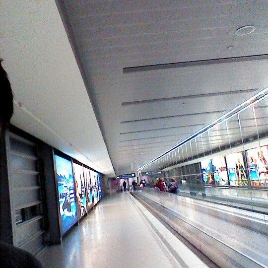 Foto tirada no(a) Aeroporto de Dublin (DUB) por Brian K. em 1/18/2013