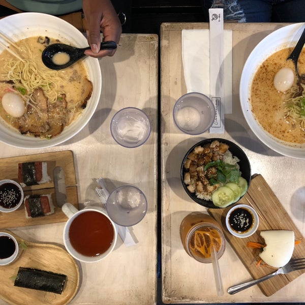 Das Foto wurde bei Chibiscus Asian Cafe & Restaurant von A L E X am 9/30/2018 aufgenommen
