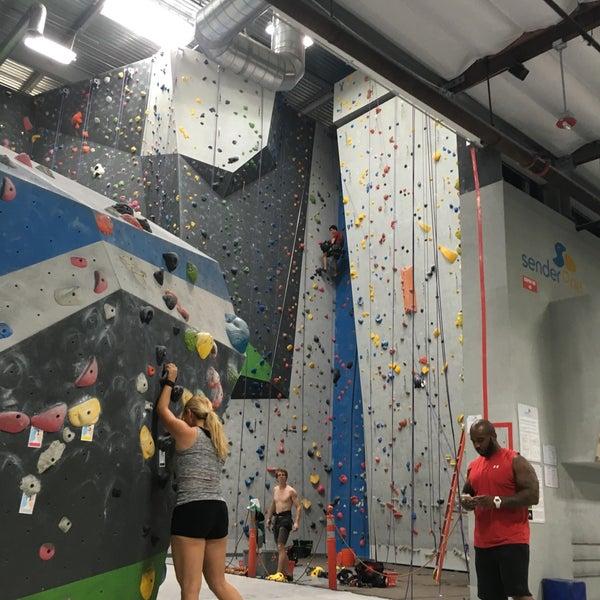 Foto tomada en Sender One Climbing, Yoga and Fitness por Marc V. el 9/29/2016
