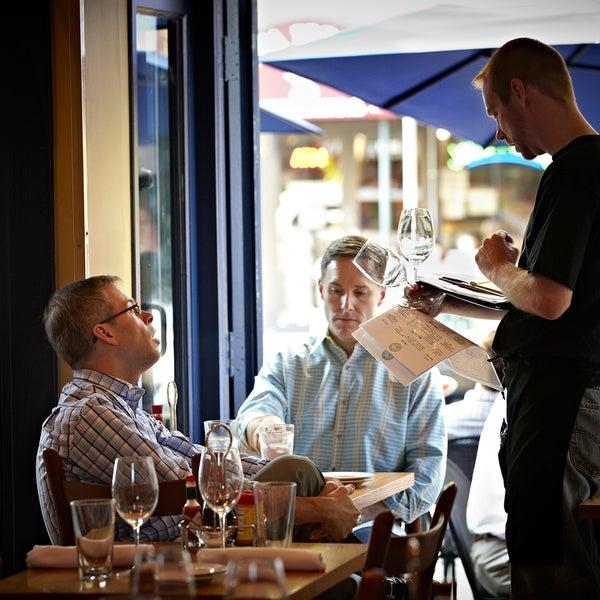 Foto scattata a Hank's Oyster Bar da Hank's Oyster Bar il 1/16/2014