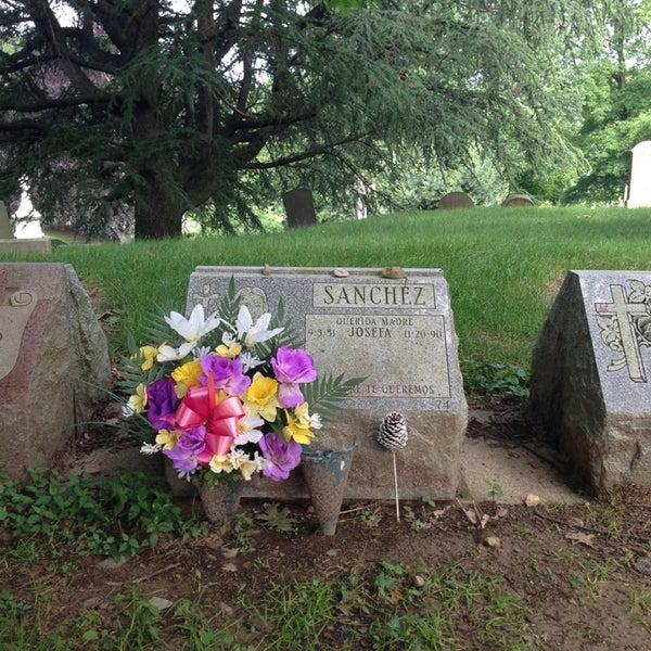 Foto tomada en Green-Wood Cemetery por Richard S. el 6/16/2013