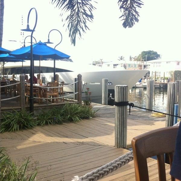 Photo prise au Bimini Boatyard Bar & Grill par Fern C. le11/7/2014
