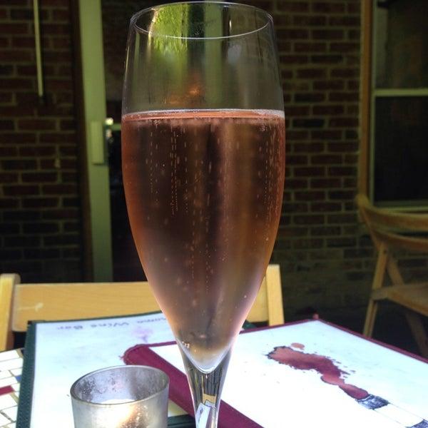 Foto scattata a Stonehome Wine Bar & Restaurant da Melanie A. il 6/1/2013