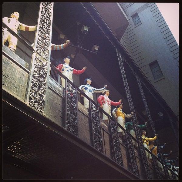 6/14/2013 tarihinde Eleonora Z.ziyaretçi tarafından 21 Club'de çekilen fotoğraf