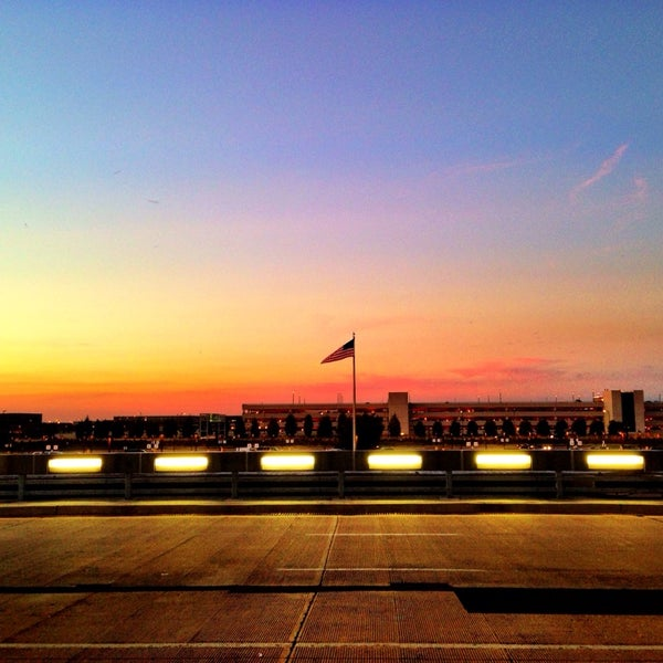 Foto diambil di Washington Dulles International Airport oleh Farah J. pada 9/26/2013