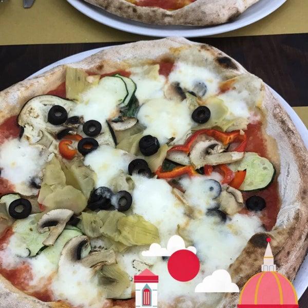 Foto tomada en Pizzeria O' Vesuvio Napoletana Forno Legna por Hussam A. el 8/4/2017