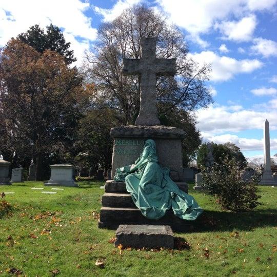 Foto tomada en Green-Wood Cemetery por Jamie el 11/3/2012