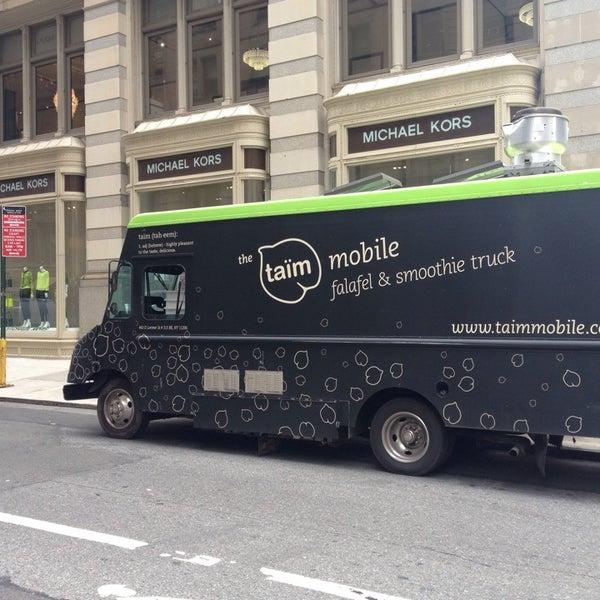 6/26/2013 tarihinde Sam P.ziyaretçi tarafından Taïm Mobile Falafel & Smoothie Truck'de çekilen fotoğraf