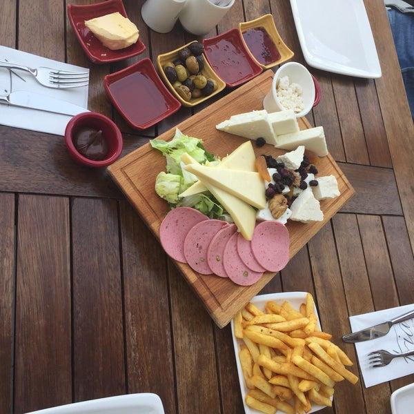 Foto tomada en Tria Restaurant Cafe por Yakup el 11/15/2017