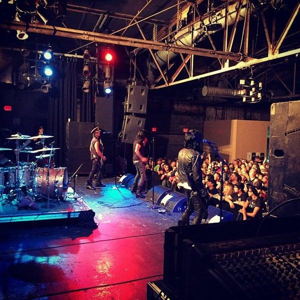 รูปภาพถ่ายที่ Warehouse Live โดย Lisa M. เมื่อ 11/23/2014